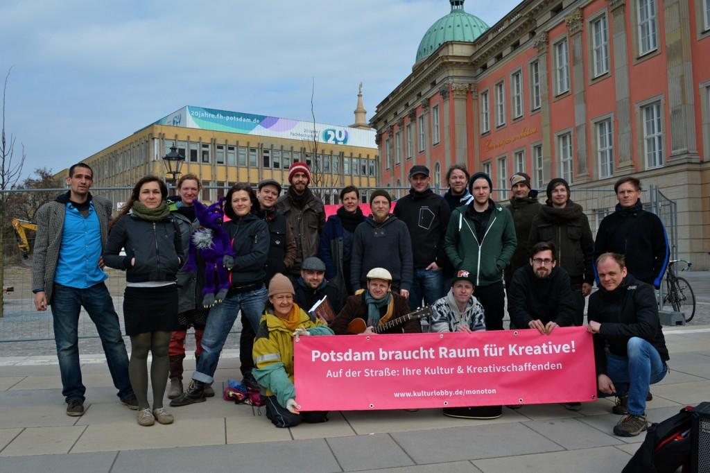"""Gruppenfoto mit Plakat """"Potsdam braucht Raum für Kreative"""""""