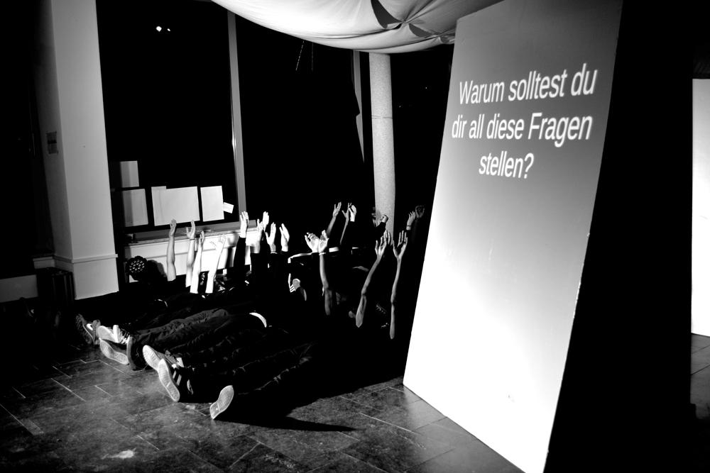 "Refugee-Theatergruppe ""Wir sind hier"" / Foto: Kristina Tschesch"
